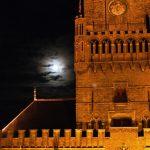 La luna llena en el campanario