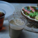 Tarta, café y té. Agua caliente del hervidor del tren. Café y té en sobres