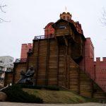 El monumento al príncipe Yaroslav Mudryi (Yaroslav el Sabio) delante de la Puerta de Oro