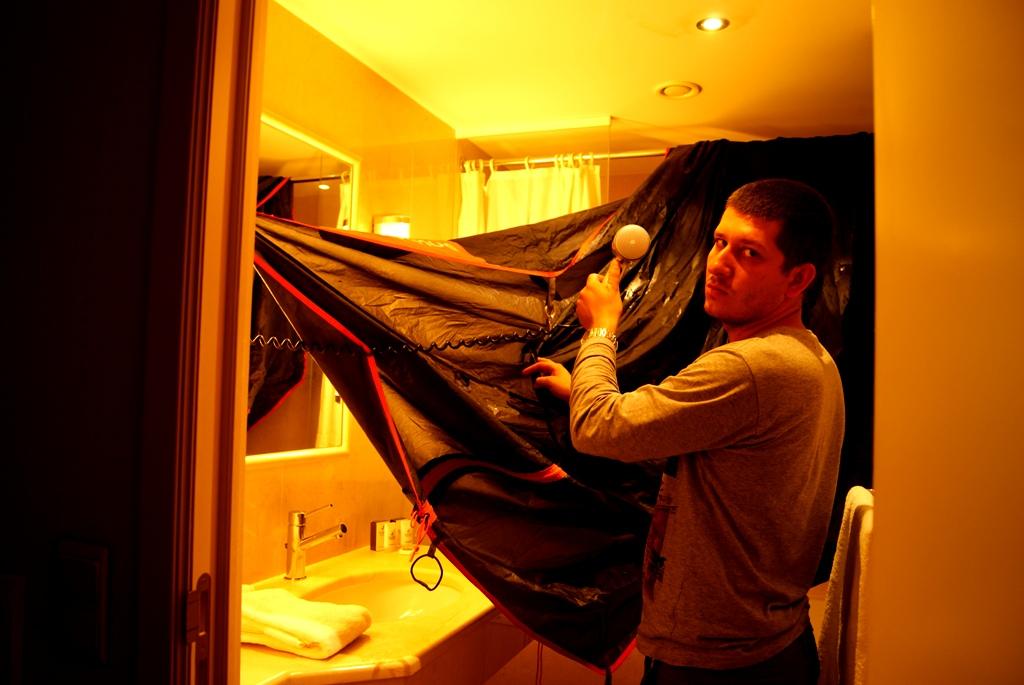 Secando la tienda de campaña en la habitación del hotel de 4**** ;)