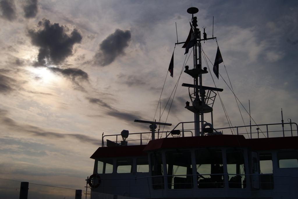 un barco en el fondo marino durante la marea baja