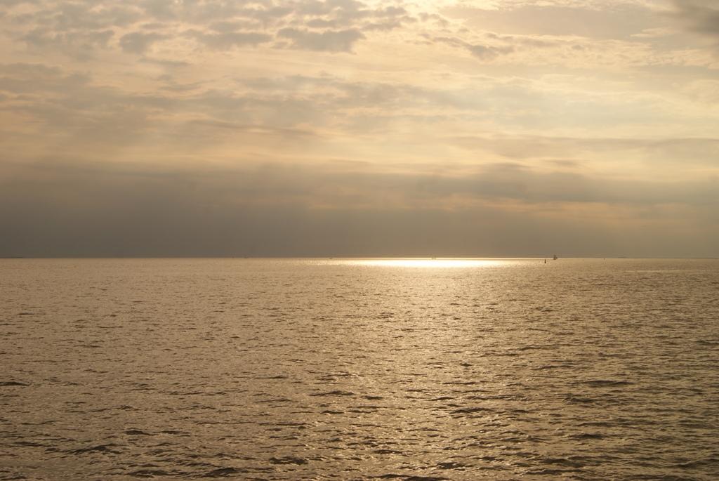 Una puesta de sol preciosas desde la isla de Schiermonnikoog