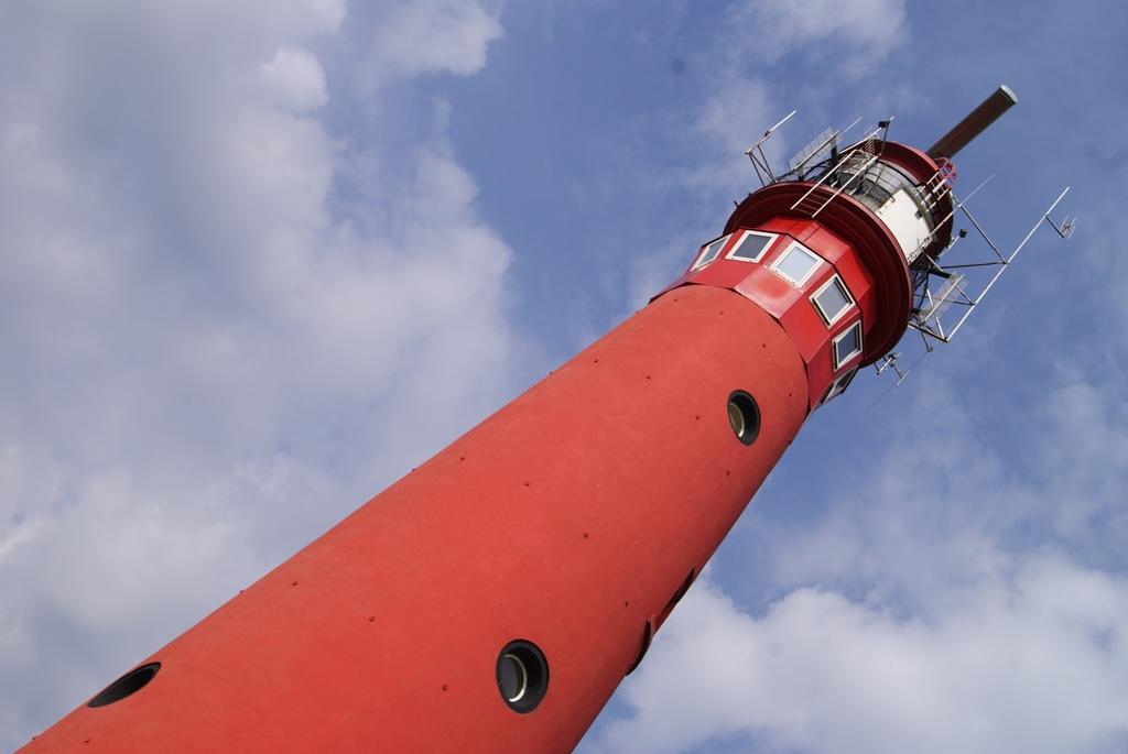 Faro en rojo con cielo en azul en la isla de Schiermonnikoog Holanda