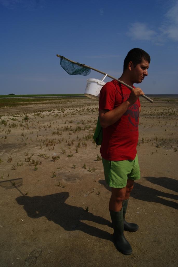 un chico con equipo para hacer wadlopen en la isla de Schiermonnikoog, Holanda