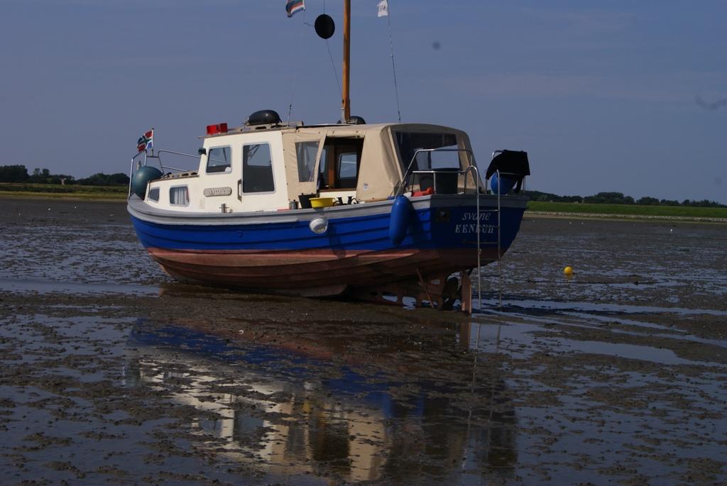 un barco atrapado en la marea baja durante wadlopen en Schiermonnikoog Holanda