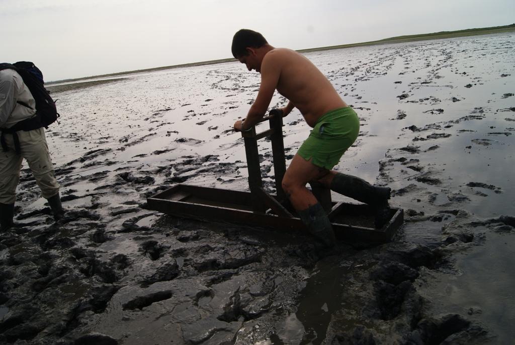Un chico sobre trineos de barro en la isla de Schiermonnikoog Holanda