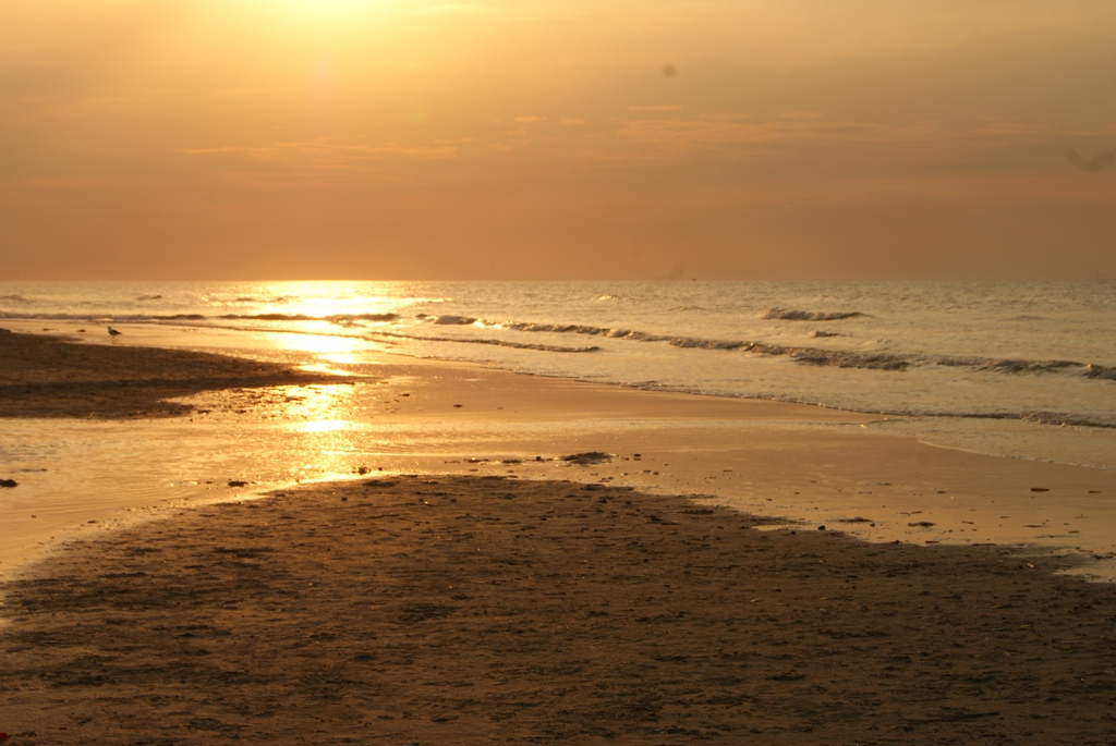 puesta de sol maravillosa, en color, en la isla de Schiermonnikoog, Holanda