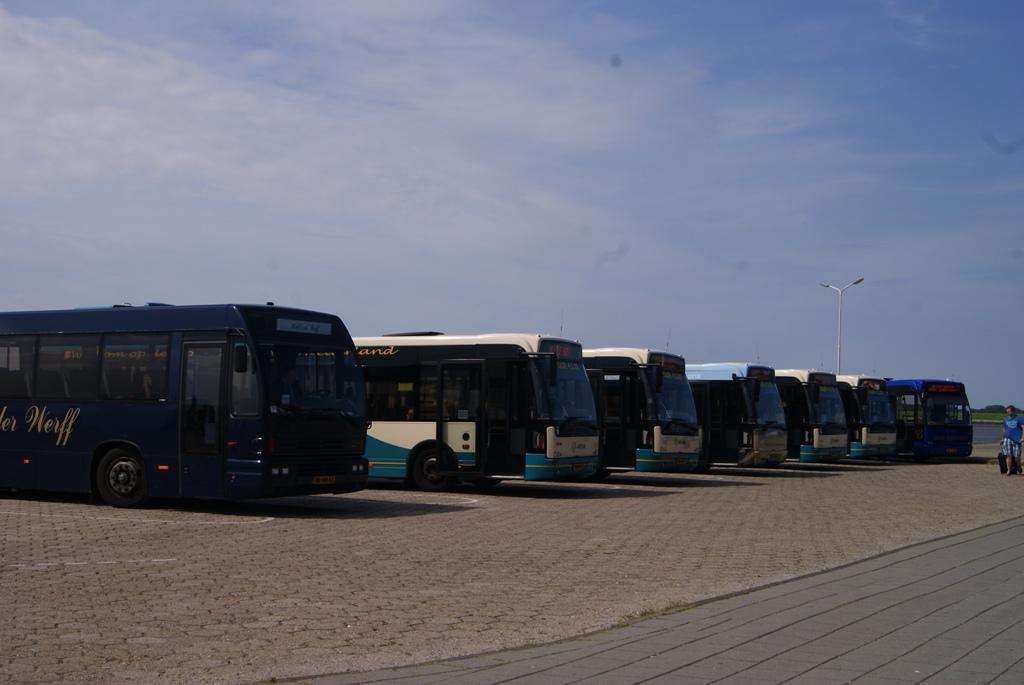 Autobuses de diferentes compañías esperando a que llegue la ferry en Schiermonnikoog Holanda