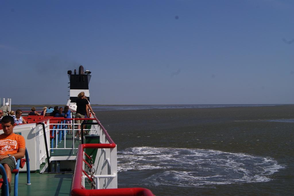 Saliendo de la isla de Schiermonnikoog Holanda en ferry