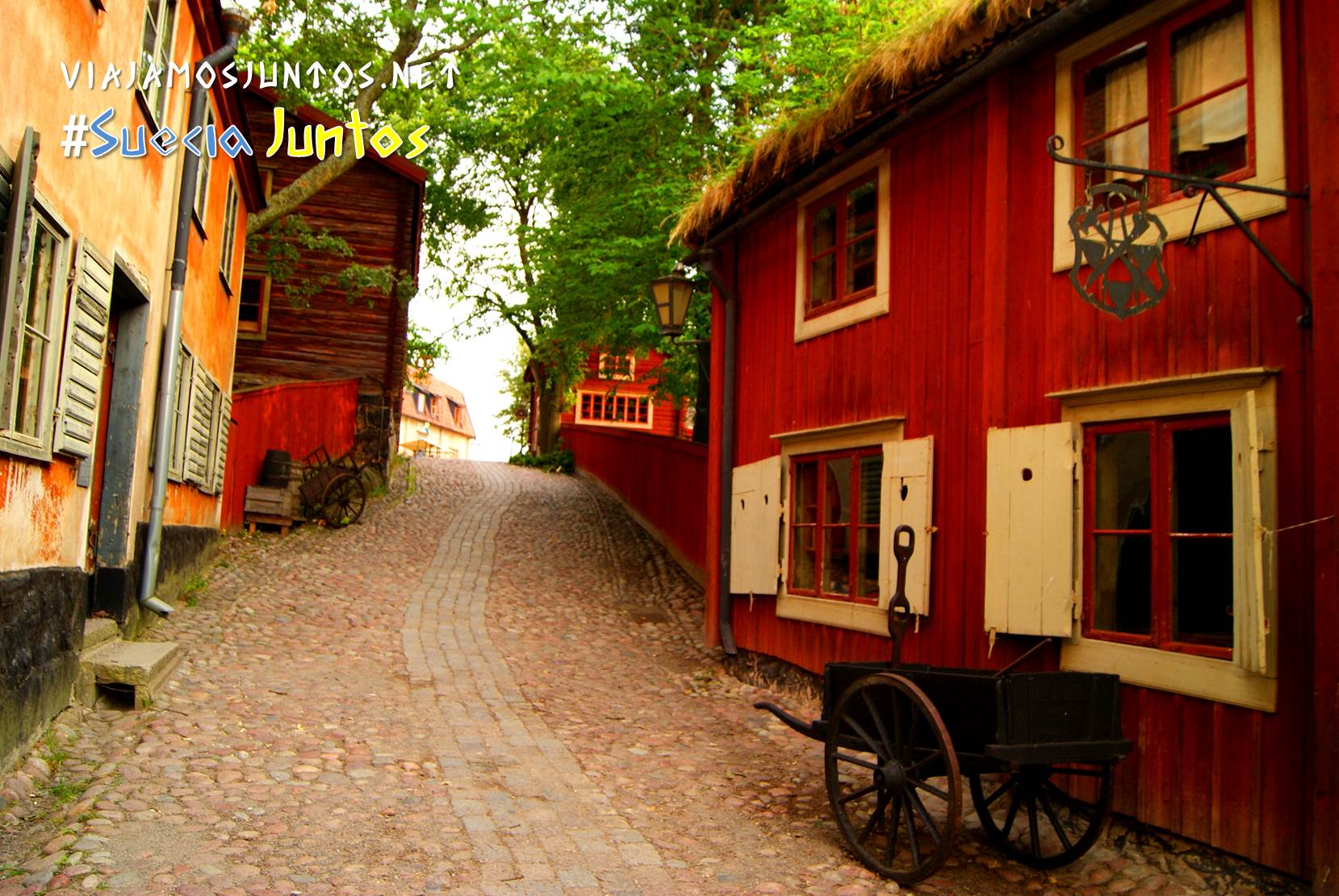 Calle con edificios rojos en Skansen, Estocolmo, Suecia