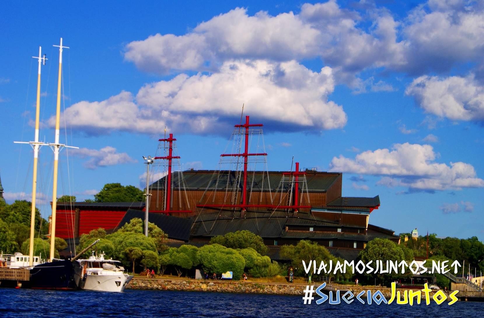 Museo de Vasa desde el canal, con nubes en el cielo, en Estocolmo, Suecia