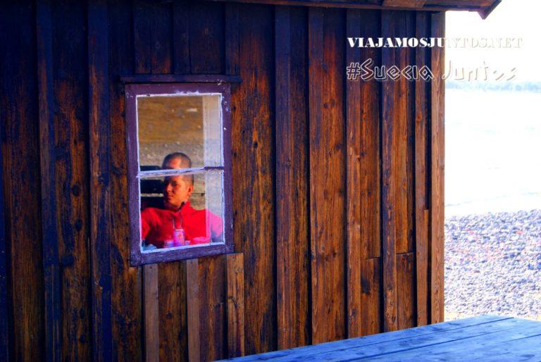 Denys relajado, imaginándose uno de los pescadores del pueblo pesquero de Gotland, Suecia
