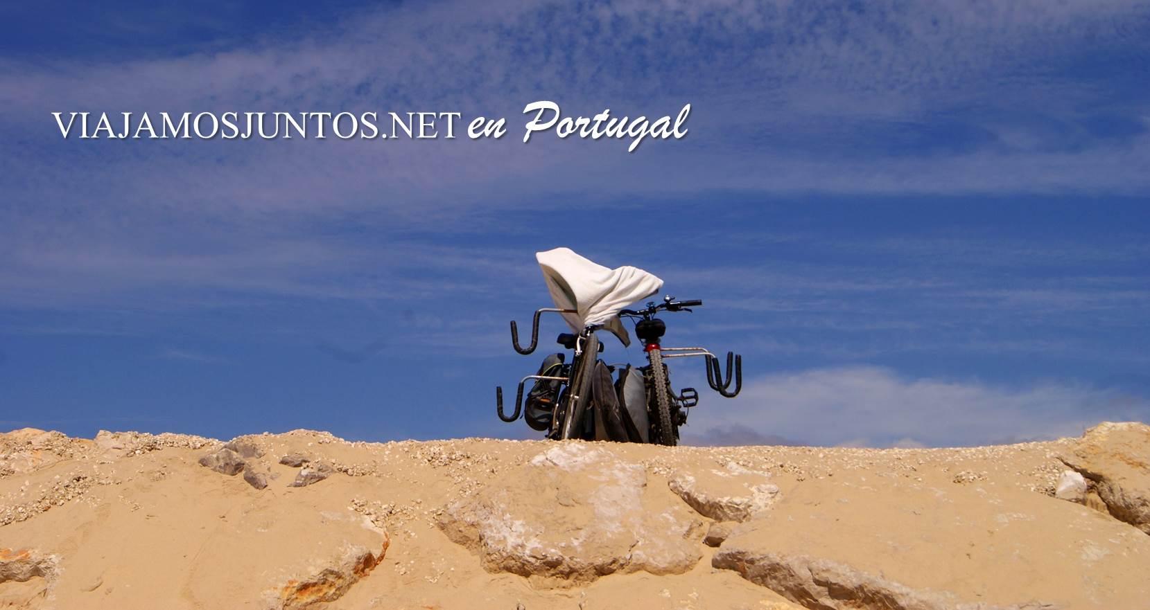Porta tabla de surf para bicicletas en la playa Cova do Vapor, Costa Caparica, Portugal