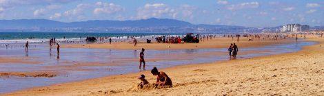 Pesca artesana en la Playa de Castillo, Costa Caparica, Portugal