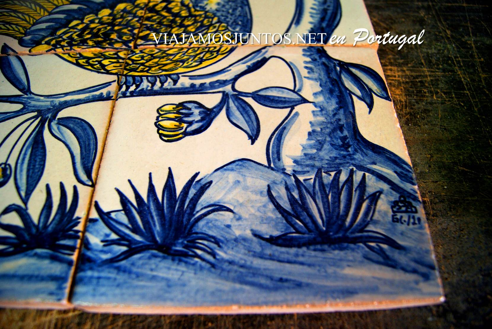 Firma del maestro en un azulejo en el  Taller de azulejos Sao Simao en Azeitao, Setúbal, Portugal