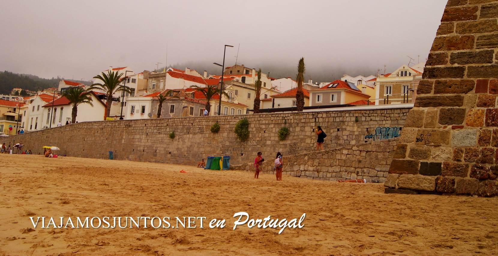 La playa de Sesimbra, con la muralla de la fortaleza