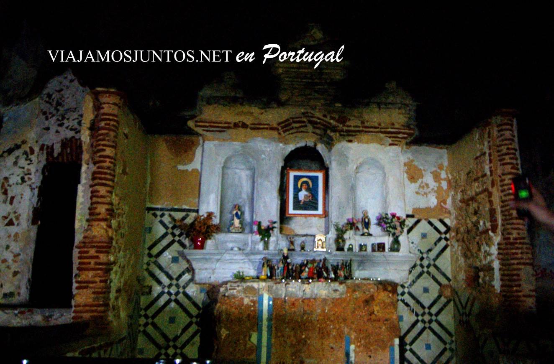 El interior y la iglesia de la cueva de Santa Margarida, península de Setúbal, Portugal