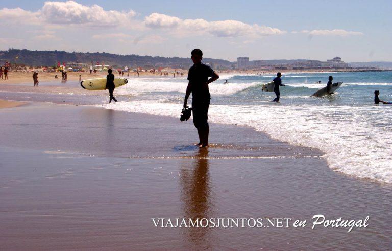Los surfistas en la playa Cova do Vapor, Costa Caparica, Portugal