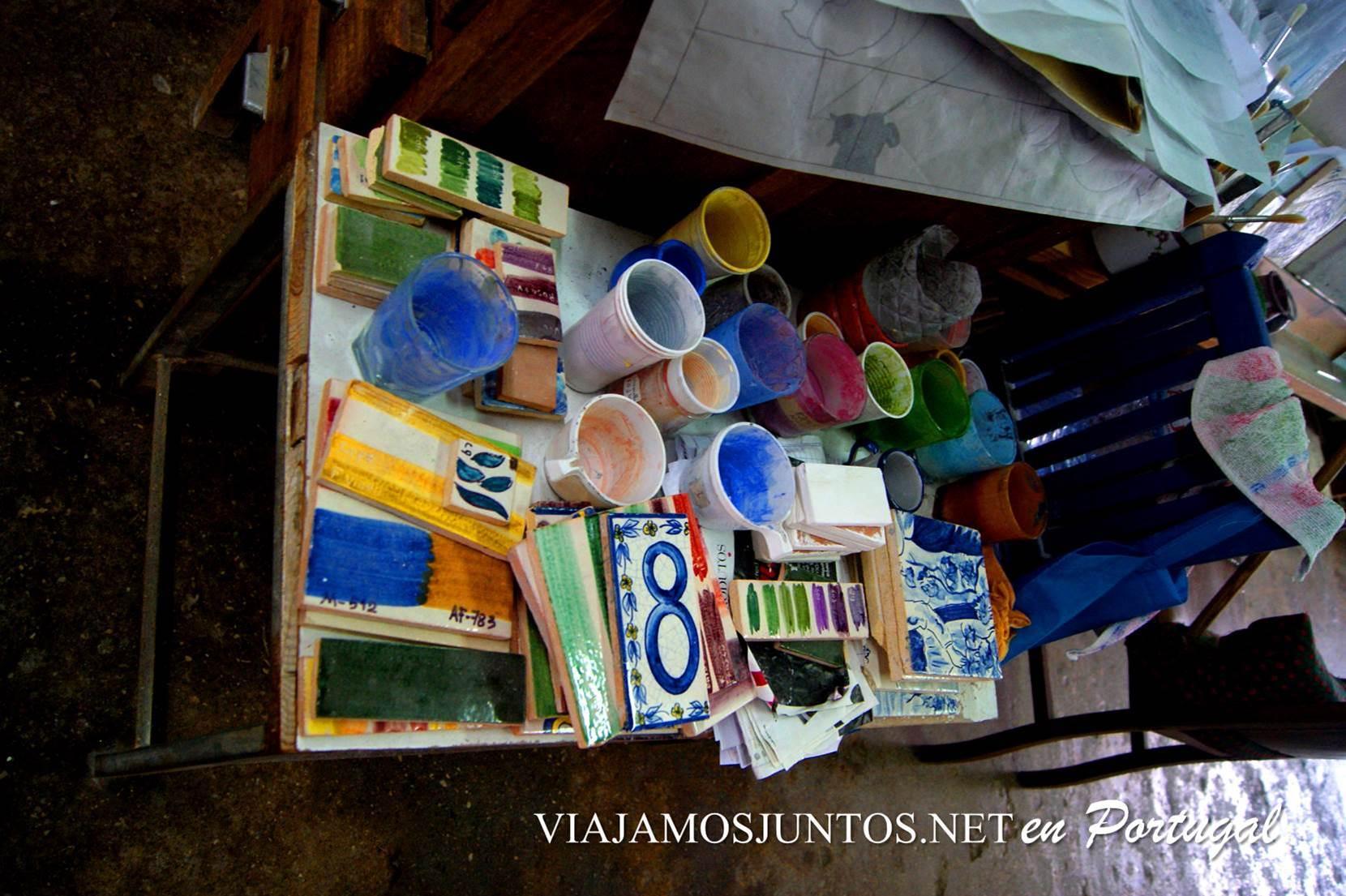 Colores en el taller de azulejos Sao Simao en Azeitao, Setúbal, Portugal
