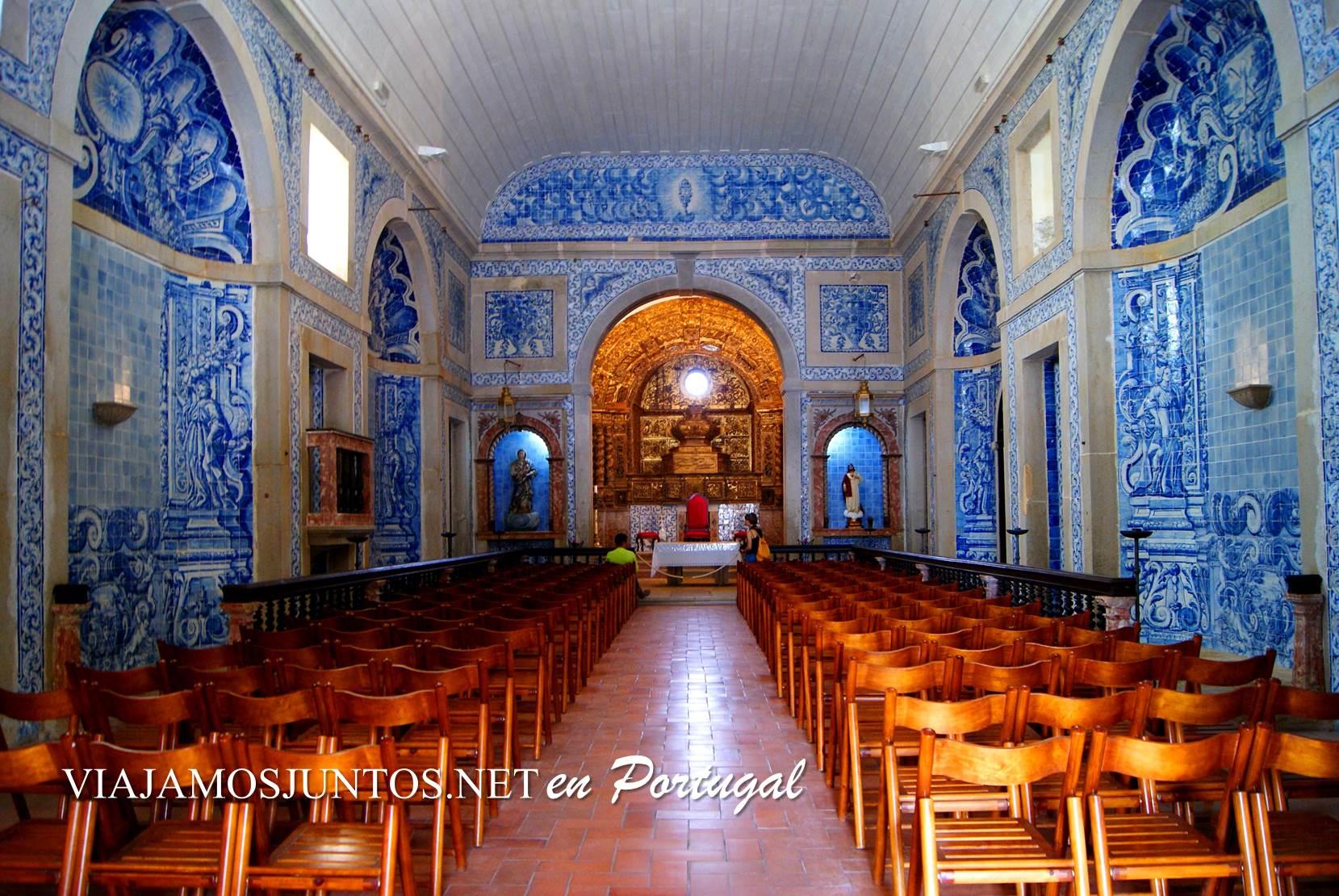 El interior de la iglesia azul del castillo de Sesimbra, Portugal