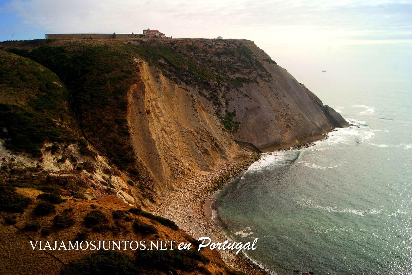 Los acantilados del Cabo Espichel con las huellas de los dinosaurios, Portugal