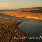 Delta de la Albufeira uñiéndose con el océano, playa de la Albufeira al atardecer, Costa Caparica, Portugal