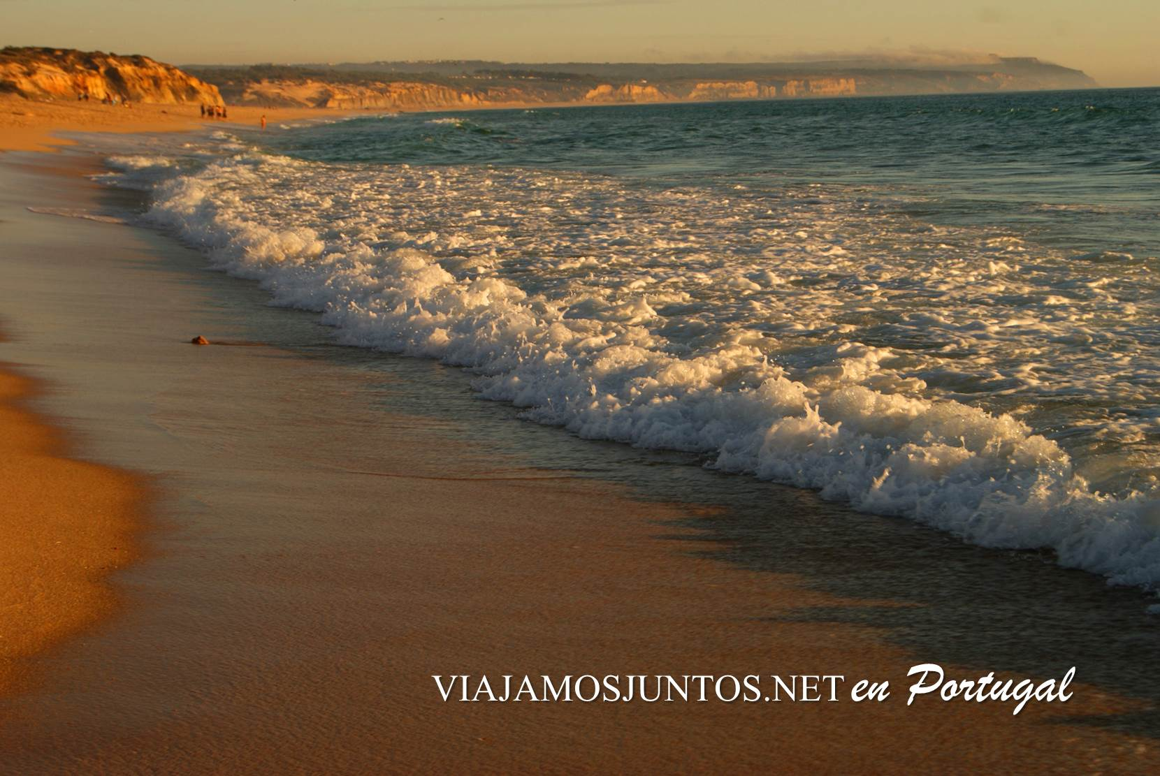 Olas del Océano en la playa de la Albufeira al atardecer, Costa Caparica, Portugal