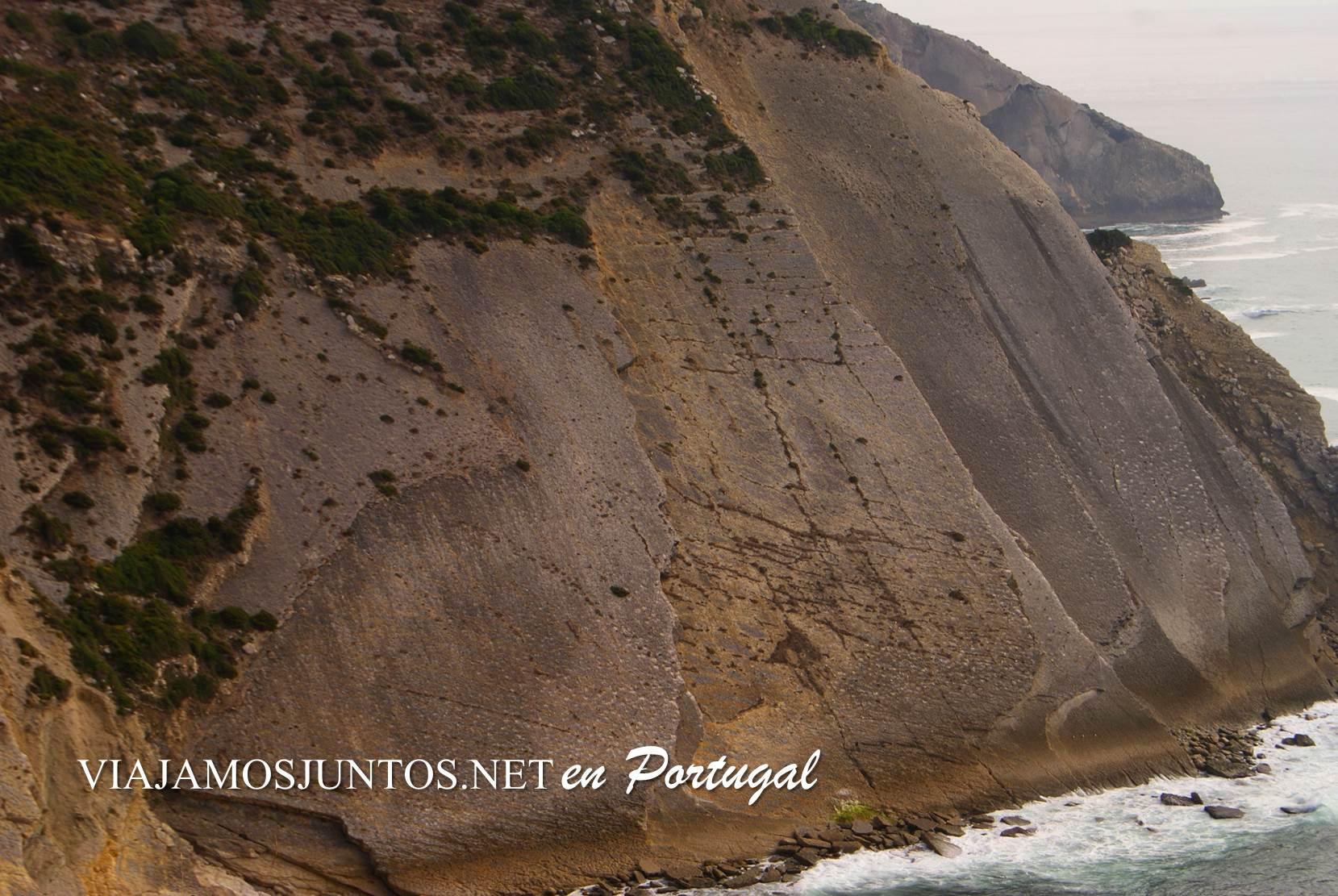 Las huellas de los dinosaurios en los acantilados del Cabo Espichel, Portugal