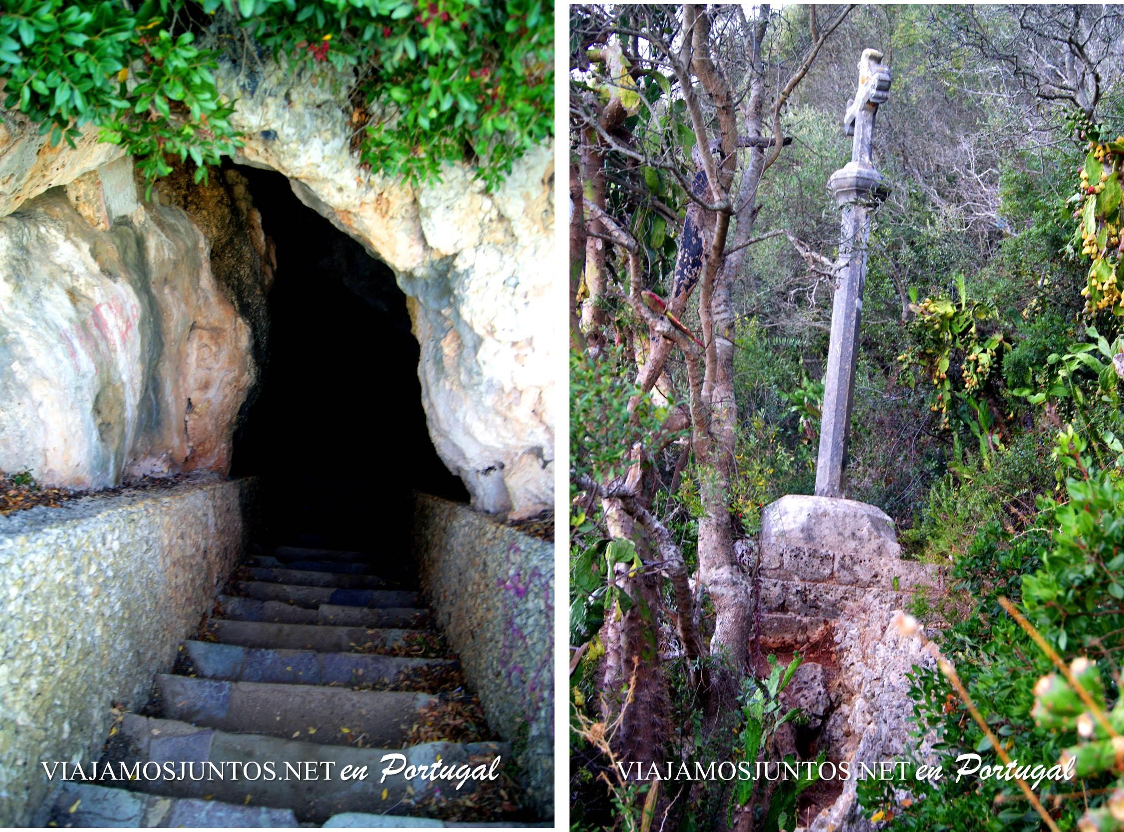 Los escalones finales y la cruz en la entrada de la cueva de Santa Margarida, península de Setúbal, Portugal