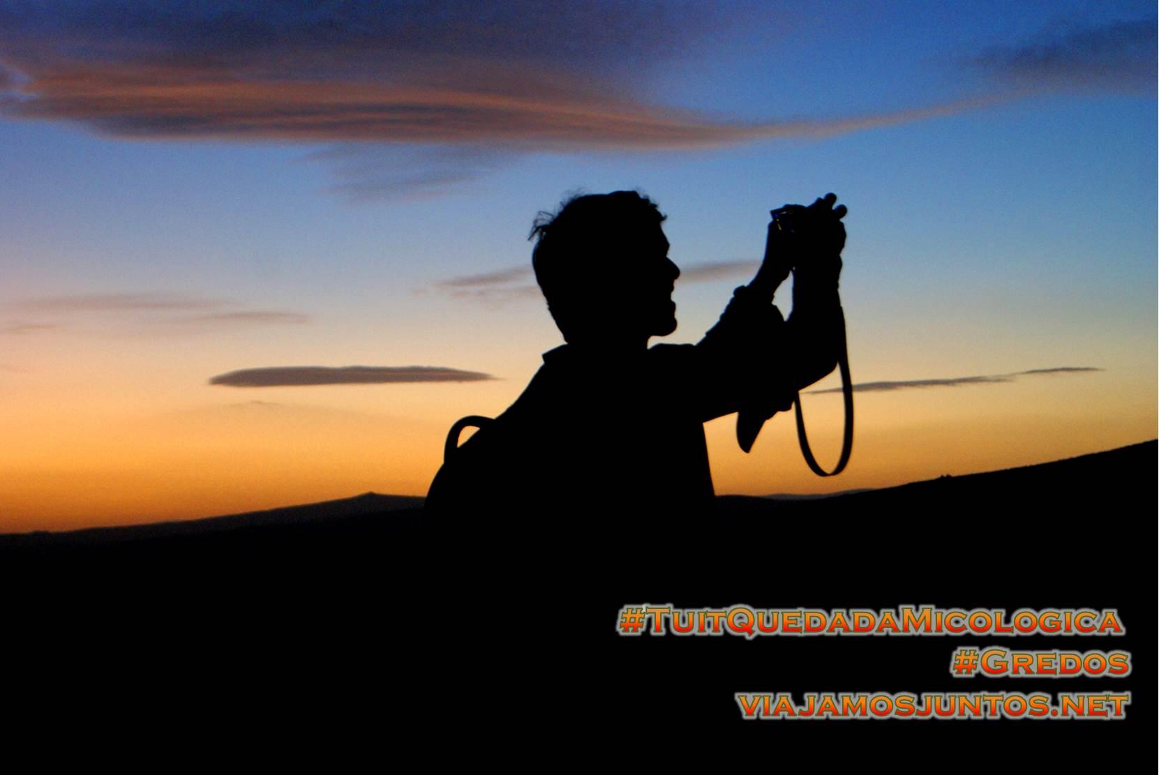 Haciendo fotos al atardecer en el Cerro Gallinero, Hoyocasero, Gredos, durante la #TuitQuedadaMicologica