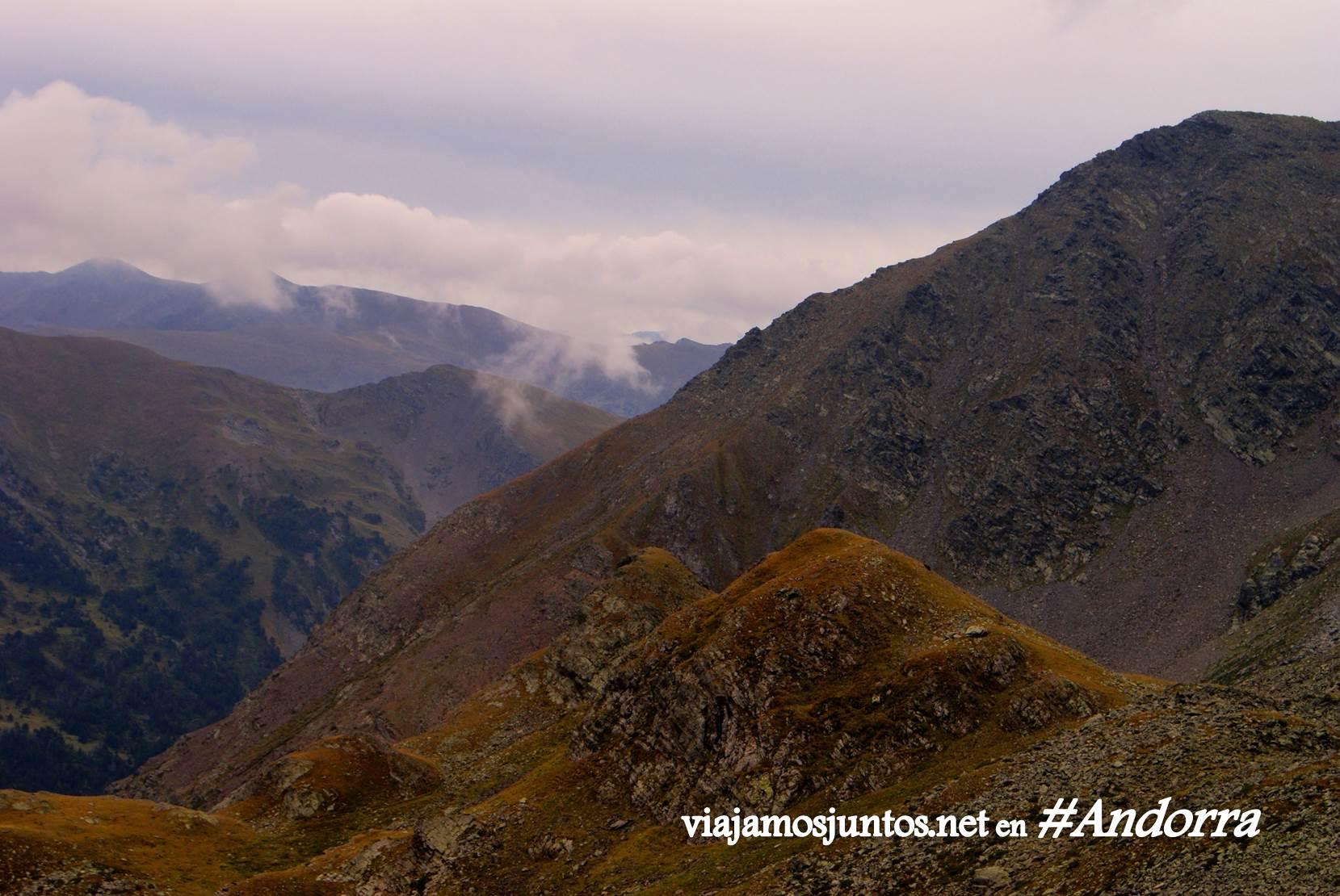 GRP de Andorra, trekking por los Pirineos Orientales; niebla y nubes entre las simas