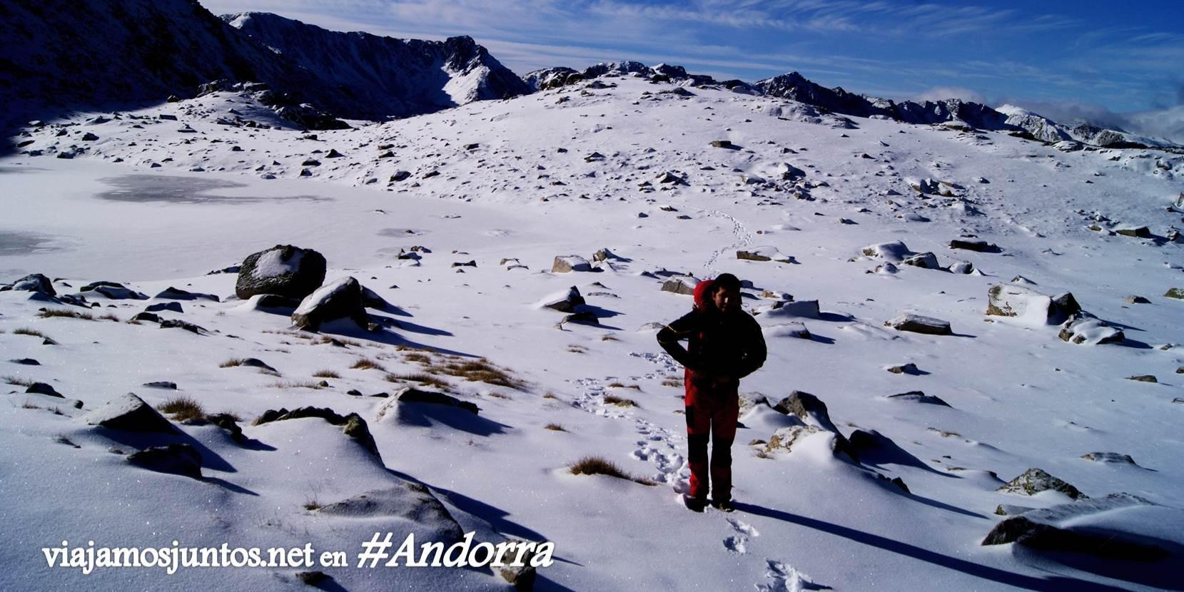 Montañas nevadas y día soleado en Les Pessons, GRP Andorra, Pirineo Oriental