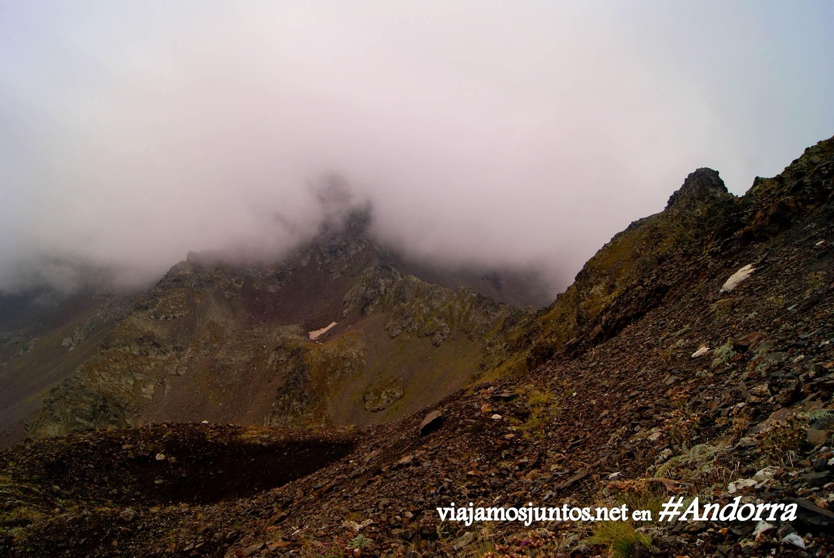 GRP de Andorra, trekking por los Pirineos Orientales; niebla bajando