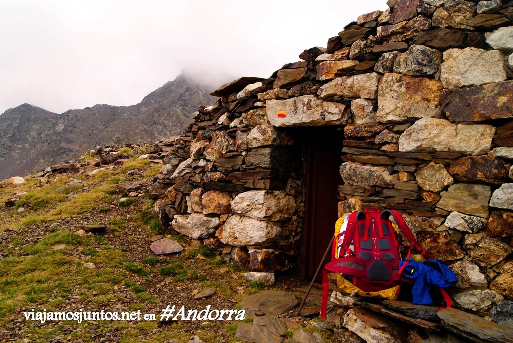 GRP de Andorra, trekking por los Pirineos Orientales; cabaña para refugiarse en caso de emergencia