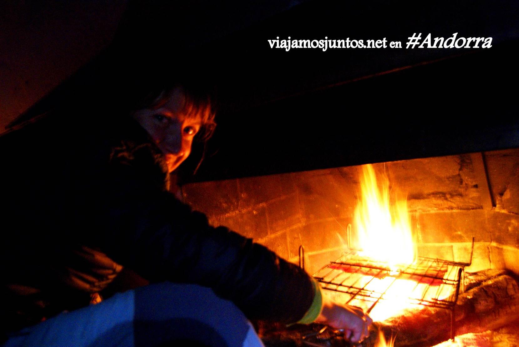 Preparando panceta a la barbacoa en la chimenea del refugio de Siscaró, Andorra, GRP, Pirineos