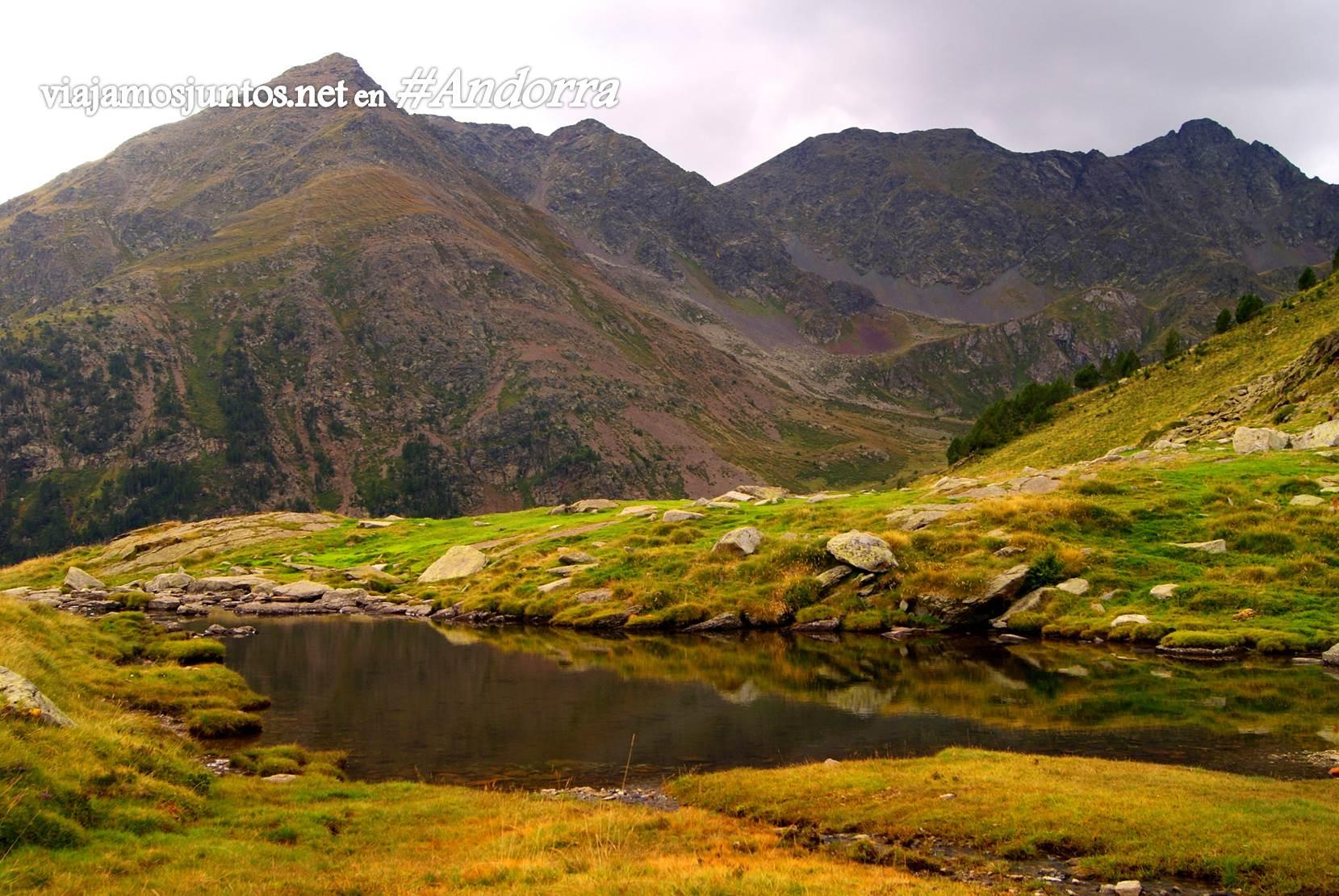 Pequeñas lagunas en los alrededores del refugio Coms de Jan, Andorra trekking, Pirineo Oriental