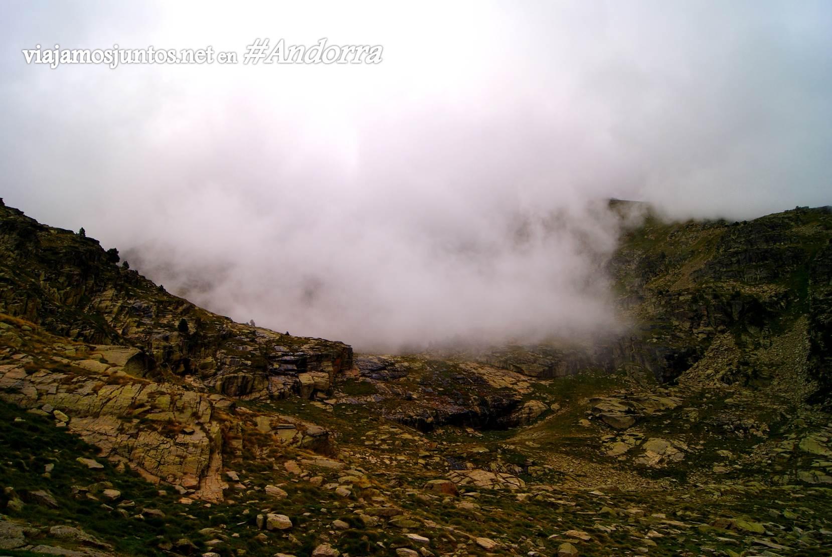 Niebla alrededor del refugio Coms de Jan, Andorra trekking, Pirineos Orientales