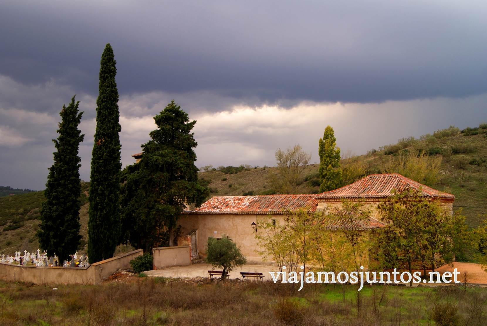 Ruta a las Cárcavas, Patones, Madrid; senderismo por sitios singulares de la Comunidad de Madrid; tormenta y pueblo