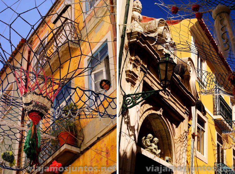 Las calles decoradas con redes pesqueras. Dos edificios. Setubal, Portugal.