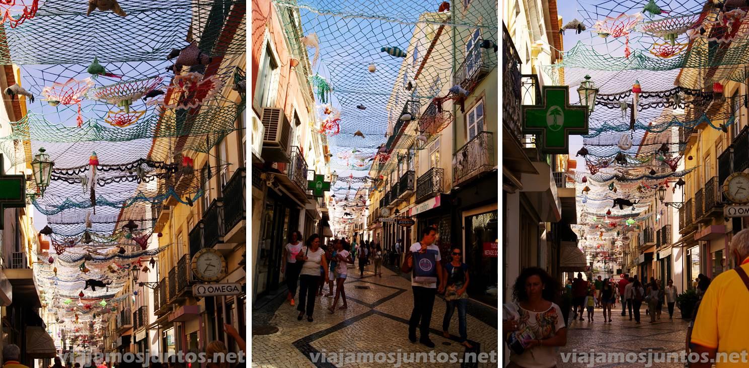 Las calles decoradas con redes pesqueras. Setubal, Portugal.