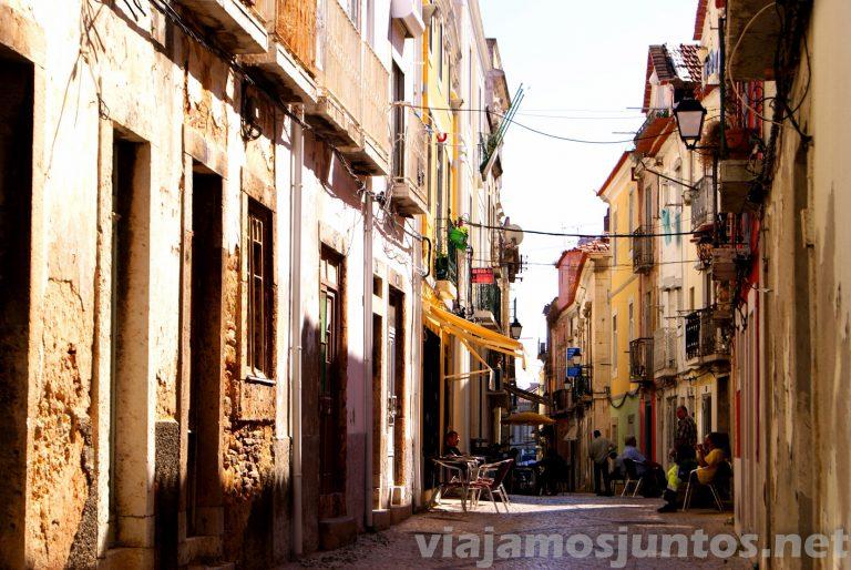 La calle de los bares típicos. Setubal, Portugal