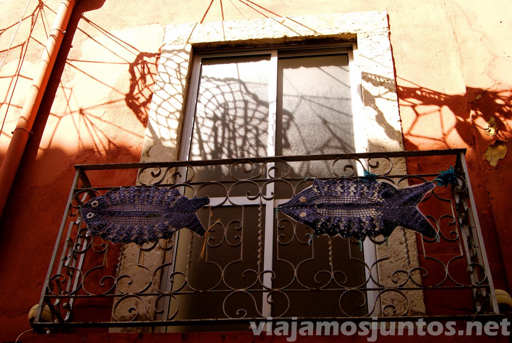Las calles decoradas con redes pesqueras. Detalle Setubal, Portugal.