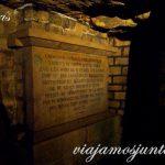 La estela del osario con palabras de la eternidad. París, Francia. Las Catacumbas de París
