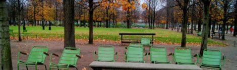 Sillas verdes en el parque de París, Francia. Que ver y que hacer