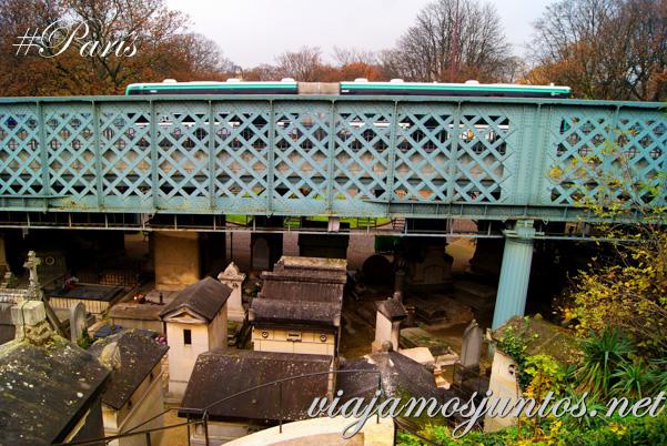 El puente que pasa justo encima del cementerio. Cementerios de París, Montmarte. Francia