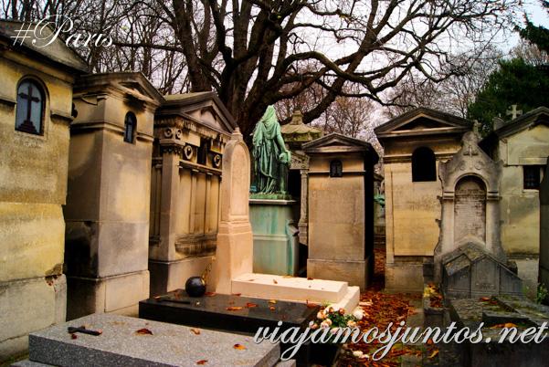 Belleza simétrica del cementerio de Montmarte. Cementerios de París, Montmarte. Francia
