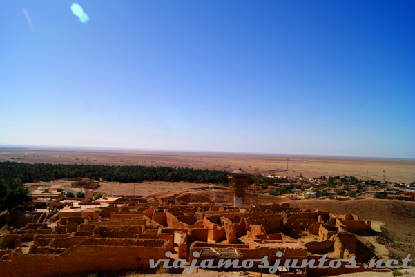 Las ruinas del pueblo de Chebika con las nuevas casas al fondo. Tozeur, el Sur de Túnez.