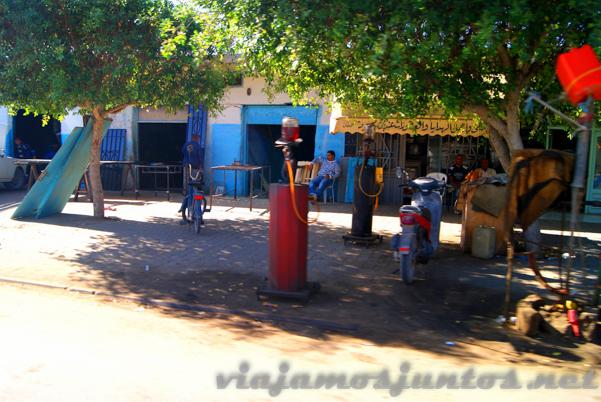 Gasolineras del desierto en las calles de Tozeur. Tozeur, el Sur de Túnez.