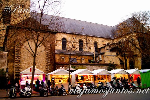 Mercadillo al lado de la Iglesia de Saint Germain des Prés, París, Francia.