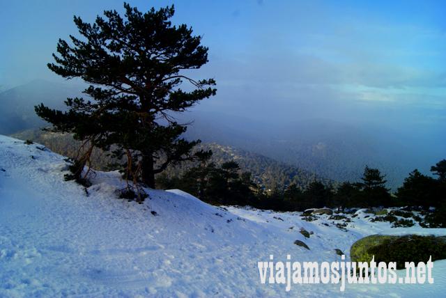 Bajada empinada entre nieves, Ruta cirular de Siete Picos, Sierra de Guadarrama, Parque Nacional Guadarrama, Madrid y Castilla y León